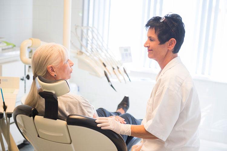 Patientin beim Zahnarzt in Floridsdorf, 1210 Wien, Dr. Ulrike Melber